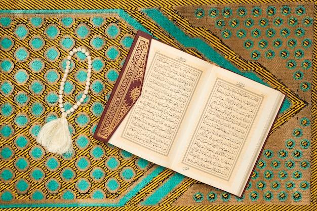 本とブレスレットの聖なるマット