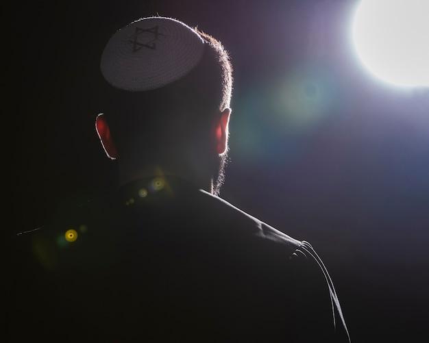 満月の祈りの礼拝の瞬間