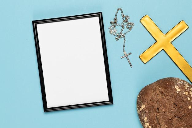 神聖な十字架とネックレスのパン