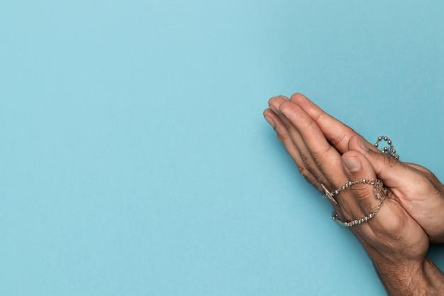 Вид сверху руки держат священное ожерелье