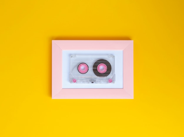 Яркая прозрачная кассета с ярким фоновым цветом