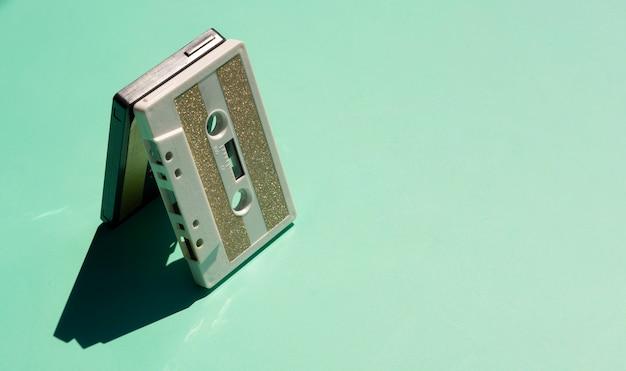 コピースペースで緑の背景に古いテープ