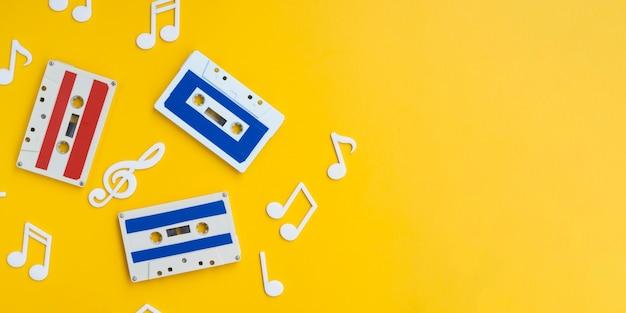 コピースペースで明るい背景にカラフルなカセットテープ