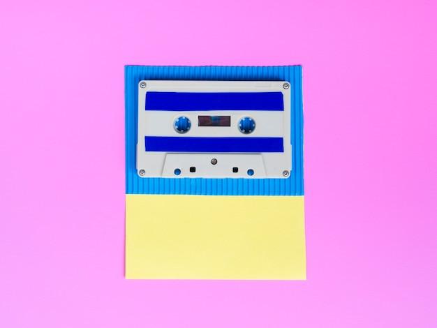 明るい壁紙に鮮やかなカセットテープ
