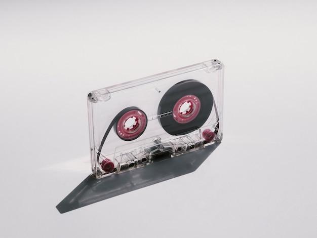 影のクローズアップショットで透明なカセットテープ