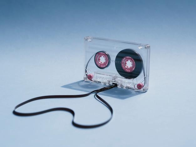 グラデーションの背景にクローズアップショットクリアカセットテープ