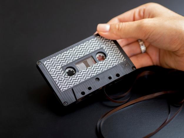 現代のミニマルなカセットテープを保持している人
