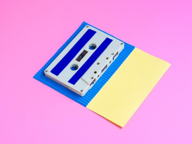 鮮やかな背景に鮮やかなカセットテープ