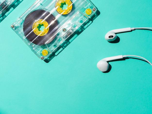 ヘッドフォンとコピースペース付きの透明なカセットテープ