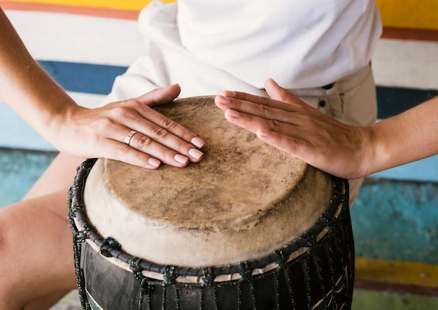 Молодой человек играет на барабане юкера