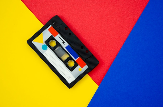 コピースペースで鮮やかな背景のビンテージカセットテープ