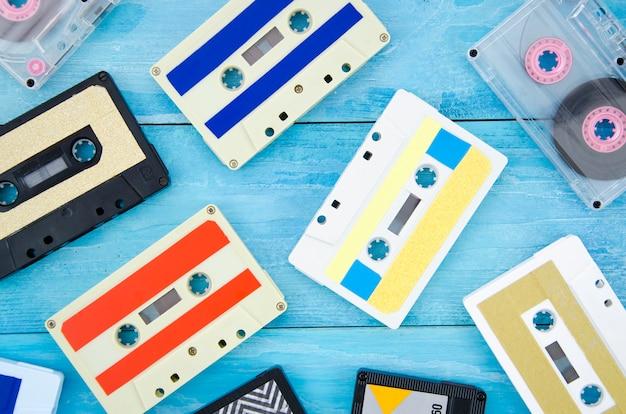 木製の表面に異なるカセットテープコレクション