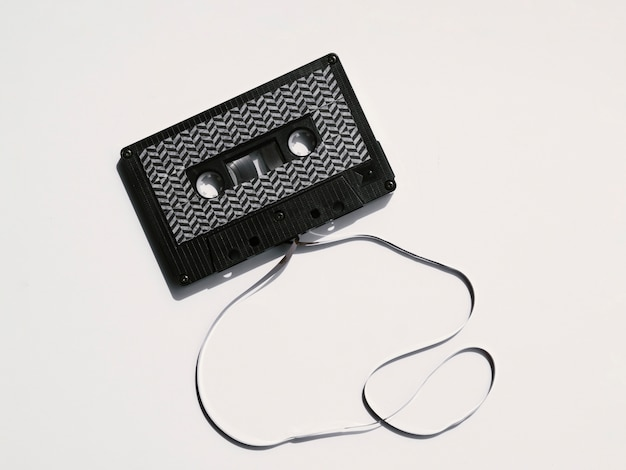 黒のモダンな壊れたカセットテープ