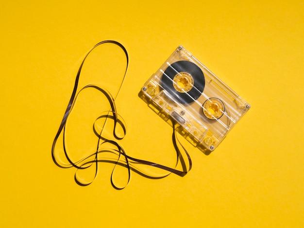 光を反射する壊れた透明なカセットテープ