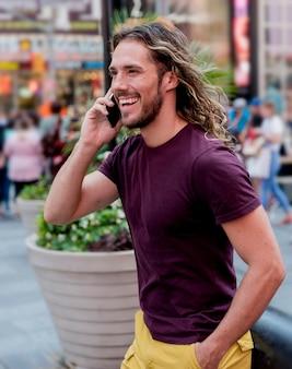 電話で話している人を歩く