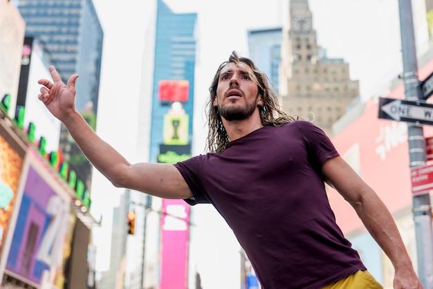 市内のタクシーを拾う若い男