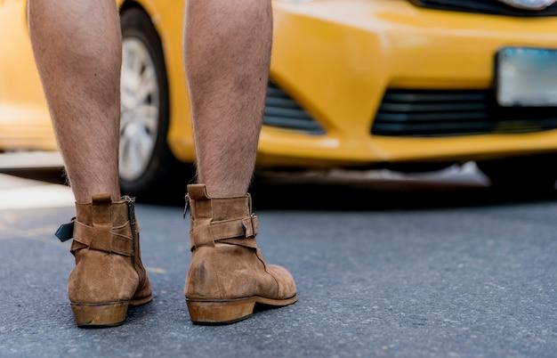 Крупный план голени с ботинками на открытом воздухе