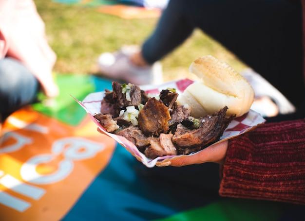 ピクニックで肉とクローズアップの人