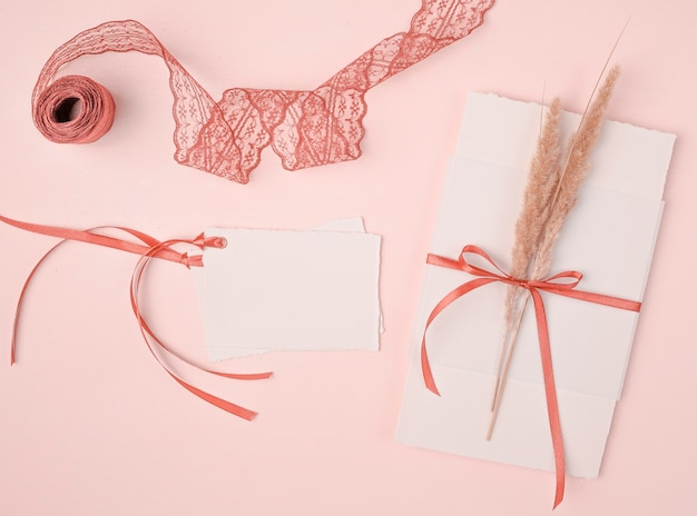 ピンクの背景の結婚式招待状のフラットレイアウトの乙女チックな配置