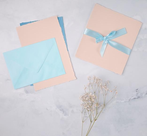 結婚式の招待状のガーリーな装飾