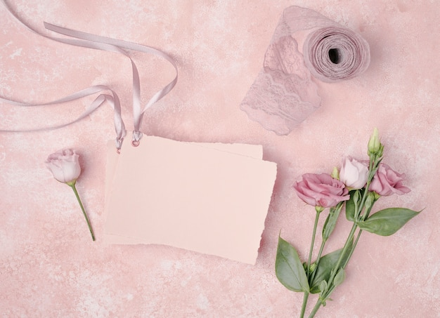 Вид сверху на свадьбу с приглашением и цветами