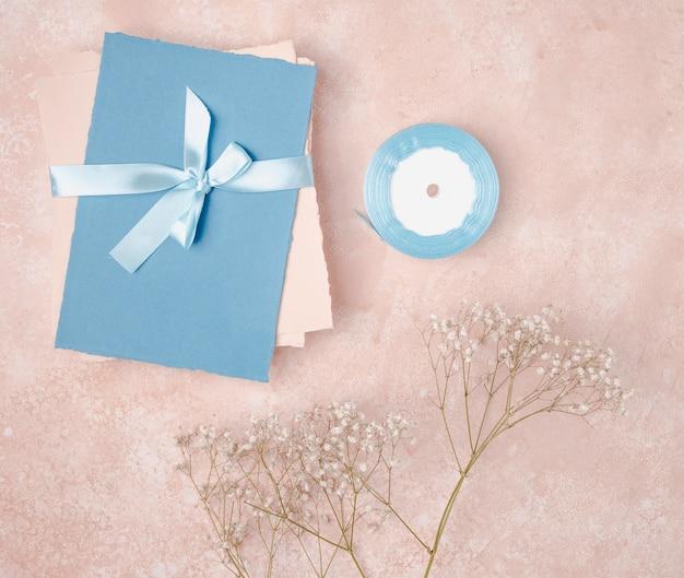 封筒での結婚式のためのフラットレイアウト装飾