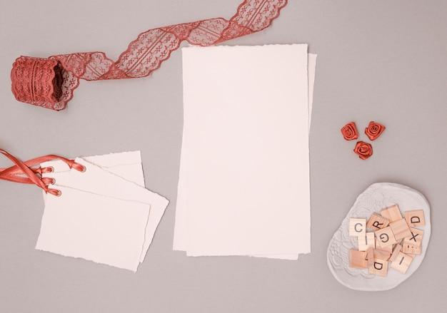 Вид сверху на свадебные украшения с приглашениями и украшениями