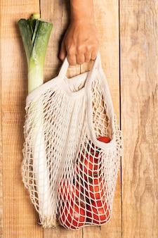Вид сверху здоровой пищи в экологически чистой сумке
