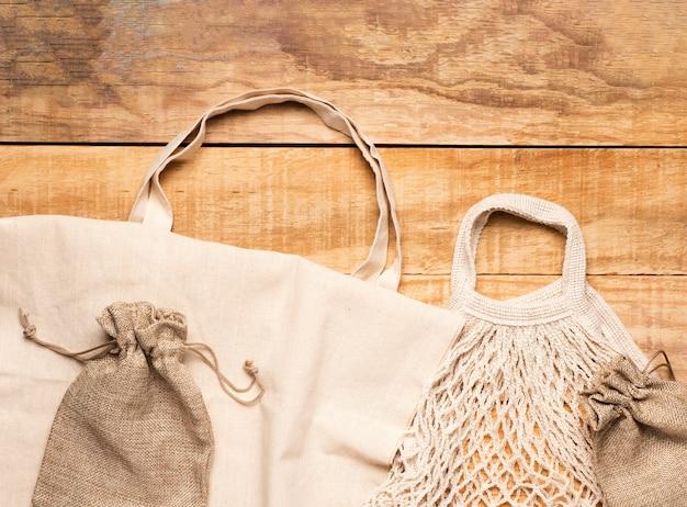 木製の背景に白い環境に優しいバッグ