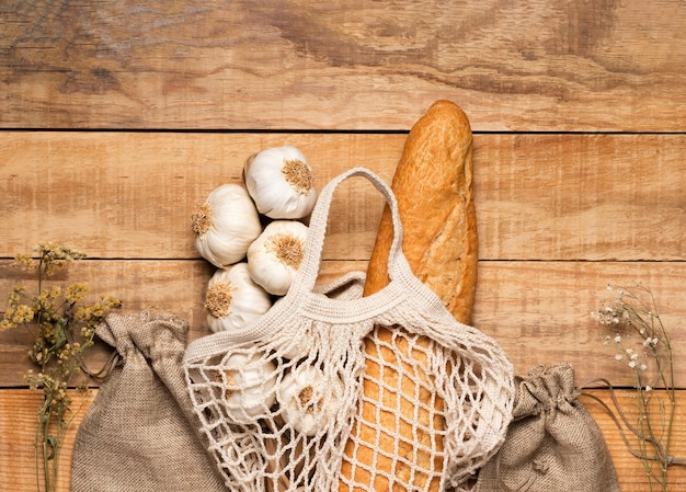 木製の背景にトップビュー健康食品と種子