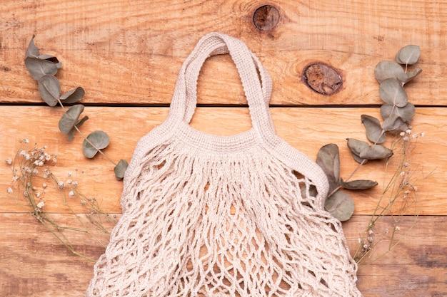 木製の背景の空のエコフレンドリーなバッグ