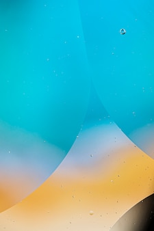 さまざまな透明な雨滴と抽象的な色付きの背景