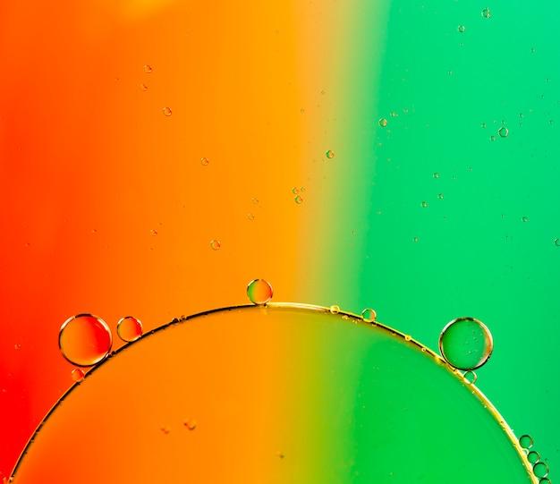 小さな透明な泡と対照的な背景