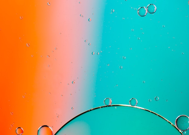 色の液体の抽象的な背景に水と油を混合