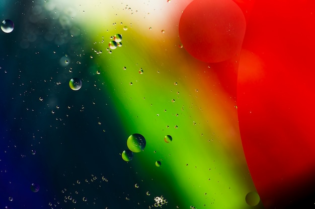 水っぽい背景に分離された石鹸の油の泡