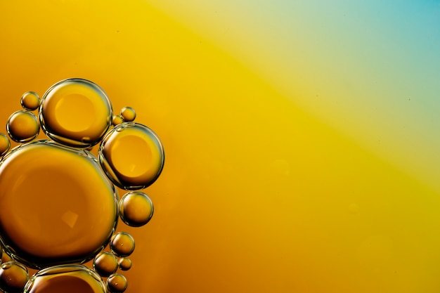 活気のあるコピースペース水の背景に透明な油性泡