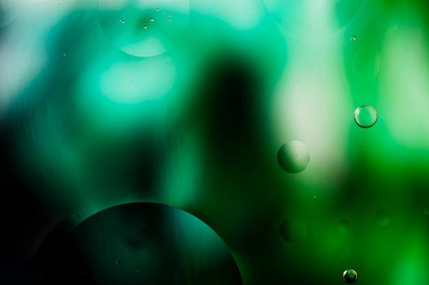 透明な流体の泡を伴うグラデーション色の抽象化