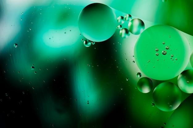 抽象的な水っぽい朝背景の緑の露