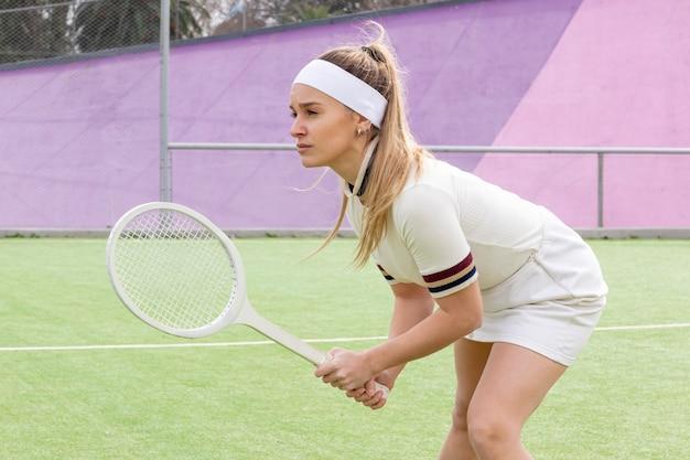 Молодой спортсмен играет в теннис интенсивно