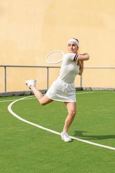 Молодой теннисист играет