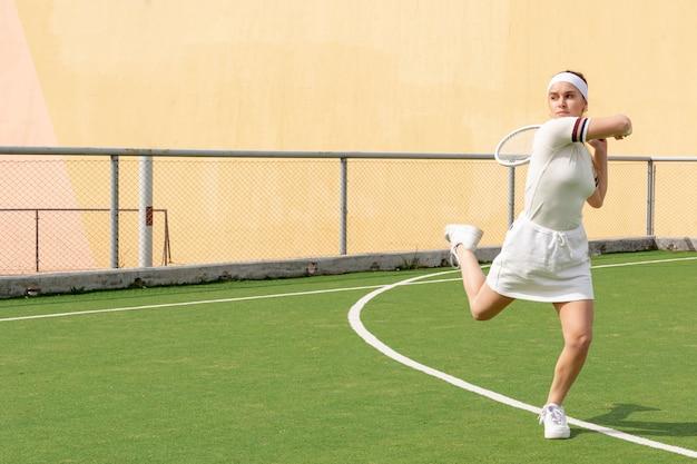 若いテニスプレーヤーの試合の競争