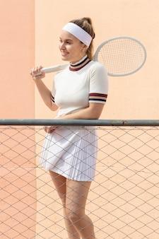 ラケットで女子テニスプレーヤー
