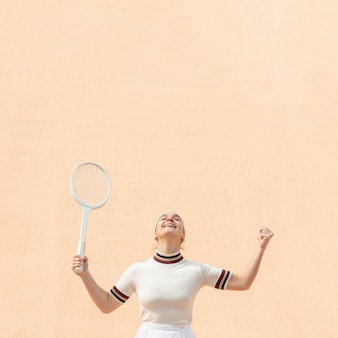 テニスプレーヤーの女性の勝利に満足