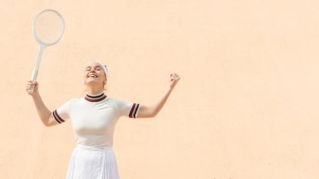 勝利を祝う肖像女性テニスプレーヤー