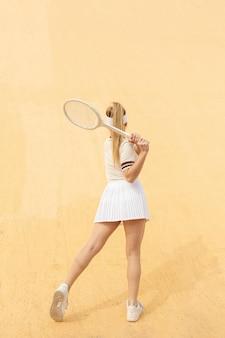 ラケットでテニスの防衛移動