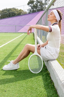 テニスのフィールドで横テニス女性のロングショット