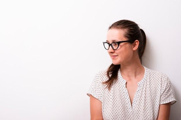 眼鏡を持つかなり若い女性