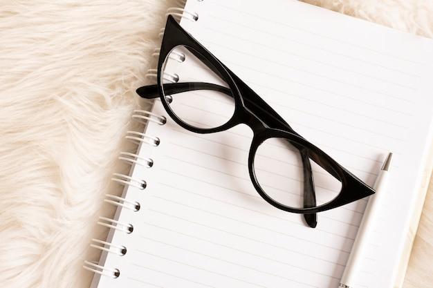 ノートに高角度の眼鏡