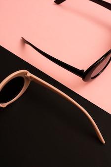 Крупным планом прохладно цветные солнцезащитные очки
