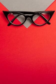 コピースペースを持つトップビューレトロな眼鏡